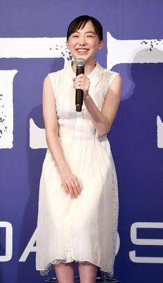 笑顔で吹き替えの感想を話す芦田愛菜=帝国ホテル東京 Actors & Actresses, White Dress, Cute, Model, Photography, Clothes, Dresses, Fashion, Mathematical Model