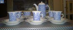 Arabia Anna kahviastiastoa- 6 kahvikuppia lautasineen- sokerikko ilman kantta- kahvipannu. Kupin korkeus 8cm ja halkaisija 8cm suuosasta.Kupin aluslautasen halkaisija 13cm sekä kakkulautanen17,5cm.Suunnittelija Laila Hakala