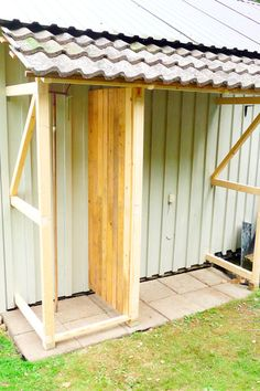 Häng boden på väggen Greenhouse Shed, Garden Storage Shed, Garden Yard Ideas, Lean To, Rustic Doors, Garden Cottage, House In The Woods, Backyard Patio, Garden Inspiration
