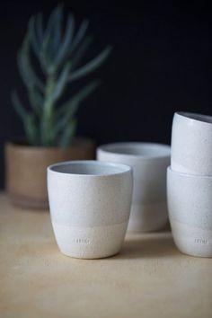 Tasses en céramique de poterie (x 4) ou tasses de thé ou de café, la main de raku blanc avec glacis brillant gris clair. Contemporain. Cadeau de mariage.