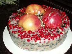 suet with birdseed, fruit, berries for birds. Homemade Bird Feeders, Diy Bird Feeder, Cupcakes, All Craft, Nature Crafts, Winter Fun, Winter Garden, Christmas Crafts, Berries