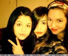 Demi Lovato, Selena Gomez and Jennifer Stone Selena Gomez Miley Cyrus, Selena Gomez With Fans, Selena Gomez Fotos, Selena Gomez Cute, Jennifer Stone, Delena, Demi Lovato Albums, Selena And Taylor, Disney Channel Stars
