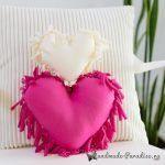 Eski Tişörtten Kalp Yastık Yapımı Kids Pillows, Throw Pillows, Sewing Projects, Diy Projects, Heart Pillow, Crazy Colour, Valentines Diy, Fabric Painting, Diy Clothes