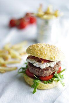 uten gluten: burger med bacon, ostekrem og glutenfrie hjemmelagede burgerbrød