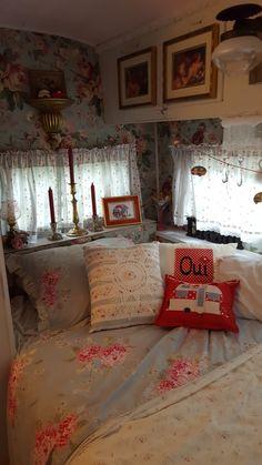 Amazing RV Camper Vintage Bedroom Interior Design Ideas Worth to See Vintage Campers Trailers, Vintage Caravans, Vintage Rv, Vintage Airstream, Retro Campers, Airstream Trailers, Rv Campers, Shabby Chic Campers, Vintage Camper Interior