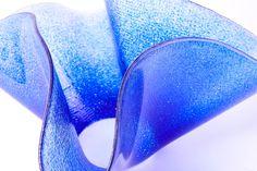 LATTIMO | DECOR Serie di vasi in vetro disponibile in diverse gradazioni, devono la loro particolare forma alla tecnica di fusione con la quale vengono realizzati. Glass vase, made in Italy.