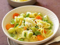 Minestrone mit Ravioli ist ein Rezept mit frischen Zutaten aus der Kategorie Suppen. Probieren Sie dieses und weitere Rezepte von EAT SMARTER!