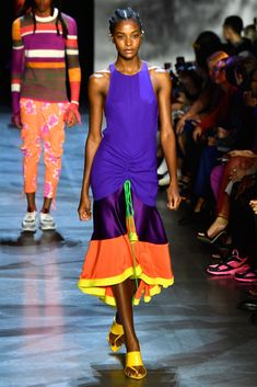 A model walks the runway at Prabal Gurung show during New York Fashion Week: The Shows at Gallery I at Spring Studios on September 2018 in New York City. Get premium, high resolution news photos at Getty Images Spring Studios, Prabal Gurung, New York City, Ideias Fashion, Runway, Walking, September 9, Summer Dresses, City Photo