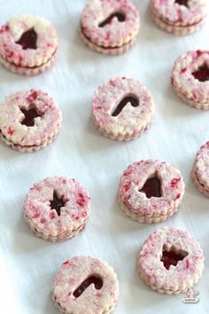 Raspberry Cookie Dough for Raspberry Linzer Cookies - adventurefoodz Christmas Goodies, Christmas Treats, Christmas Baking, Holiday Treats, Christmas Plates, Christmas Stuff, Kinds Of Cookies, Cut Out Cookies, Ginger Bread Cookies Recipe