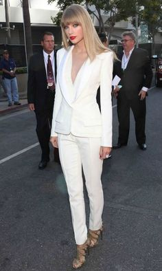 love the all-white outfit: Taylor Swift wearing White Long Sleeve Blouse, White Blazer, White Dress Pants, and Gold Leather Heeled Sandals White Pantsuit, White Dress Pants, White Slacks, Womens Dress Suits, Suits For Women, Ladies Pant Suits, Fashion Mode, Fashion Outfits, 50 Fashion