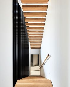 White walls with timber stairs and black details 🖤 Timber Stair, Design Salon, White Walls, Decoration, Rock N Roll, Blinds, Stairs, Curtains, House Styles