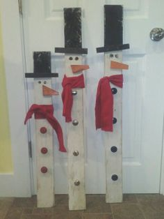 Pallet snowmen.  Drawer pulls for buttons.