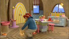 Sassa en Toto spelen bakkertje. Koning Koos helpt hen een echt brood te bakken. Eerst doen ze meel en water in een kom. En dan nog gist. 'Nu moet het deeg rusten', zegt Koning Koos, 'zodat het kan groeien.' Kids Christmas, Fruit, Children's Books, Films, Songs, Digital, School, Youtube, Nursery Rhymes
