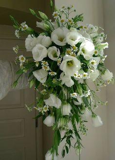 overhanding wedding flower from eustoms and matricarie / převislá svatební kytice z eustom a matricarie / www.rosmarino.cz