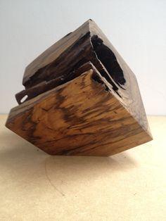 Escultura Cubo  Medidas : 17 x 17 x 17 cms Peso aprox: 3,0 kgs  Peça assinada, numerada e com certificado de autenticidade