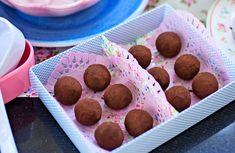 Kakaotryfflar med mintsmak i presentask Best Dessert Recipes, Candy Recipes, Fun Desserts, Cravings, Muffin, Mint, Sweets, Sugar, Snacks