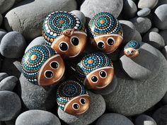 Eine Käfer-Kleinfamilie in den Farbtönen *bronze/weiß/türkis* mit Kulleraugen und Schmunzelgesichtern. Handbemalte Kiesel in verschiedenen Größen.  Bitte beachten: Die Steine werden nicht einzeln...