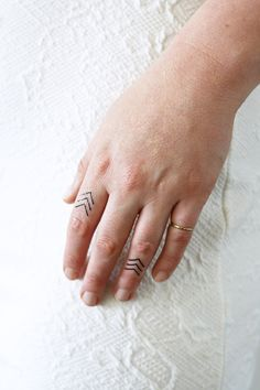 Small arrow finger tattoo (4 pieces)
