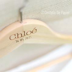 Un cintre en bois personnalisé à votre prénom et/ou à la date de votre mariage. Orné d'un ruban en satin ou de dentelle, il sera unique & vous laissera un ...