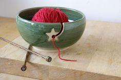 "Astucieux : ""Stoneware pottery yarn bowl"" par LittleWrenPottery"