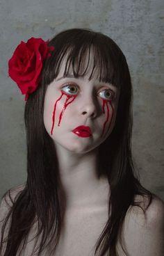 gruselige halloween schminke frau blut tropft aus den augen rote rose lippen