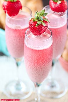 Strawberry Raspberry Cream Mimosa - Bubbly sparkling champagne with refreshing raspberry and strawberry frozen cream sweetened with Sweet'N Low make this the ultimate brunch beverage. @sweetnlowbrand #donthesitaste #sponsored
