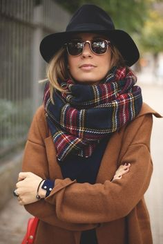 Schal binden 6 mal anders: So habt ihr euren Schal garantiert noch nie getragen! No fall outfit without a cuddly scarf. But just wrapping it around your neck is definitely too boring for us. Trendy Fashion, Winter Fashion, Fashion Outfits, Womens Fashion, Fashion Trends, Fashion Styles, Style Fashion, Fashion 2015, Fashion Clothes