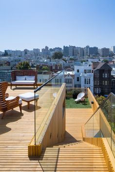 A new four-level home in san francisco includes a panoramic roof-top deck. Architecture Details, Interior Architecture, Residential Building Design, San Francisco, Terrace Design, Rooftop Terrace, Small Terrace, Level Homes, Forest House