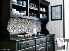 Changer sa déco sans se ruiner, c'est possible ! Mediterranean Kitchen Interiors, Black Painted Furniture, Recycled Furniture, Home Staging, Furniture Makeover, Decoration, Kitchen Decor, Sweet Home, Interior Design