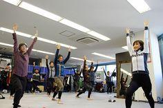 大宅さんのレクチャーのもと、ヨガのポーズをとる参加者の皆さん。ポーズは、股関節の曲げ伸ばしに重要な「腸腰筋」をケアする「戦士のポーズ1番」(撮影場所=ウエイブワン本社) Photo: Kyoko GOTO