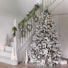 How to turn your home into a winter wonderland? A snowy white, flocked or pure white Christmas tree is a nice idea. Take a look at these white winter wonderland christmas tree decor ideas that trending Luxury Christmas Decor, Rose Gold Christmas Decorations, Elegant Christmas Trees, Gold Christmas Tree, Farmhouse Christmas Decor, Christmas Tree Themes, Holiday Decorations, Flocked Christmas Trees Decorated, Simple Christmas