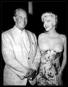 """1958 / Rencontre avec le """"French-lover"""" Maurice CHEVALIER, sur le plateau du film """"Some like it hot"""", dans les studios de la M.G.M. ; En cette année 1958, Maurice CHEVALIER est de retour sur le devant de la scène hollywoodienne avec le succès critique et publique de l'adaptation cinématographique de l'oeuvre de Colette : « Gigi » de Vincente MINNELLI. Lors des Oscars 1959, ce film remportera 9 statuettes. Sa carrière est relancée. La rencontre est joyeuse et semble faire grand plaisir à…"""