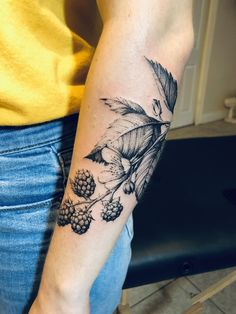 Blackberry vine by Natasha at Tattoo Temple New Orleans – floral tattoo sleeve Vine Tattoos, Body Art Tattoos, Sleeve Tattoos, Flower Tattoos, Floral Tattoo Sleeves, Garden Tattoos, Unique Tattoos, Beautiful Tattoos, Cool Tattoos