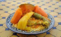 Recette Couscous traditionnel : Pour réussir le couscous traditionnel :1/ Faites tremper les pois chiches la veille, à l'eau froide. Coupez les poulets en morceaux et faites-les revenir dans l'huile. Lorsqu'ils sont dorés, mouillez de 4 litres d'eau, salez et poivrez.2/ Ajoutez les carottes les n...