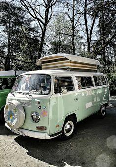 Volkswagen Combi im Garten des Grand Rond T3 Vw, Volkswagen Bus, Mini Cooper S, Vw T2 Camper, Combi Wv, Kombi Home, Vw Classic, Vw Vintage, Der Bus