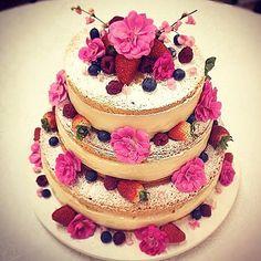 Trabalho de (Work by) @renata_barrosp ------------------------------------------ #confeitaria #cakesdaily #topchef #celebration #confeiteiro #party #confeiteira #cake #instagood #dessert #docesfinos #bolosdecorados #bolo #bolos #pastry #pastrychef #desserts #cakedesigner #patissier #cakedesign #frutasvermelhas #doces #nakedcakes #bolodecorado #nakedcake #morango #strawberry #bolodecasamento #weddingcake #belohorizonte