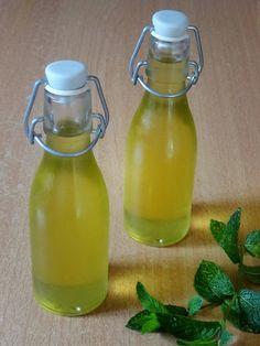 Pour 1L de sirop de menthe, vous aurez besoin de: 400g de feuilles de menthe 600g de sucre en poudre 500g d'eau Préparation: – Laver les feuilles de menthe et les placer dans un bocal d…