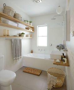 Gäste WC Gestalten Helles Badezimmer Regale Badewanne Holz Waschtisch