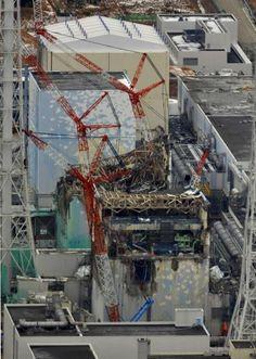無残な姿を見せる福島第1原発の(手前から奥へ)4号機、3号機、2号機、1号機