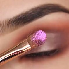Holiday shimmery glam by morenas paso a paso video Shimmery Eye Look Tutorial For Holidays Dramatic Eye Makeup, Smoky Eye Makeup, Makeup Eye Looks, Eye Makeup Steps, Dark Skin Makeup, Eye Makeup Art, Beautiful Eye Makeup, Colorful Eye Makeup, Eyeshadow Makeup