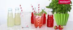 #SirupRezepte #DIY: Es ist warm, Du fühlst Dich träge und hast keine Lust mehr auf langweiliges Wasser aus der Flasche? Lust auf eine fruchtige Erfrischung? Dann haben wir mit unseren Sirup-Rezepten genau das Richtige für Dich! Mit Wasser und Eiswürfeln zusammen, sind sie das perfekte Erfrischungsgetränk für den Sommer! #ErdbeerBasilikumSirup #KokosSiurp