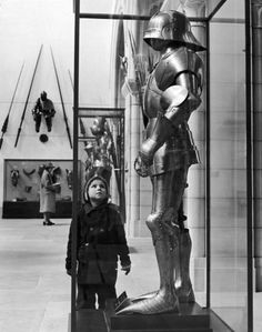 Alfred Eisenstaedt—Time & Life Pictures/Getty Images A little boy stares up at a medieval suit of armor in a glass case at the Metropolitan Museum of Art in New York, January Vintage Photography, Street Photography, Egyptian Cats, Suit Of Armor, Medieval Armor, Life Pictures, Photo Archive, Metropolitan Museum, Black And White Photography