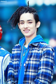 I actually liked the dreads on Winwin in the Limitless vid. I may be in the minority on that, but I don't care. Of course his natural hair look amazinggg on him, but I think he pulled these off too.