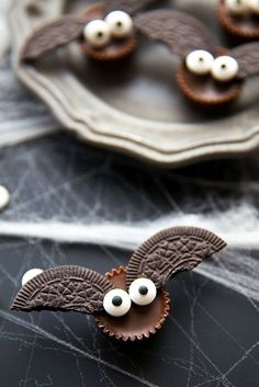 halloween desserts These Mini Bat Treats are absolutely adorable! They're such simple Halloween desserts to make, but they add an insanely fun element to your festive parties. Halloween Desserts, Comida De Halloween Ideas, Bolo Halloween, Postres Halloween, Halloween Brownies, Halloween Snacks For Kids, Theme Halloween, Halloween Appetizers, Halloween Recipe