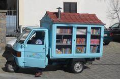 Ferrandina, Matera, Italia. Un ex maestro di scuola con la sua biblioteca ambulante. From Faisons du monde une bibliothèque - Make the World a Library