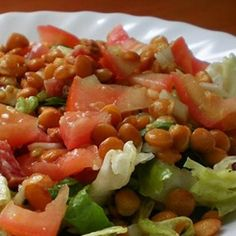Ahora que llega el verano es el momento de comer platos menos pesados. Las ensaladas son perfectas para eso. Hoy presentamos una ensalada de lentejas a la vinagreta que a bien seguro te va a encantar. Buen provecho.