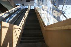 Betontrappen er kombineret med en lys, varm træ - hvilket giver et lækkert sammenspil Aarhus, Stairs, Home Decor, Stairway, Decoration Home, Room Decor, Staircases, Home Interior Design, Ladders