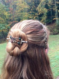 Beautiful colors of dark green, gold, antiqued copper, and brass. Maple flexi clip and Flitter hairband styling a half up bun look in long red and blonde highlighted hair. She glows in Lilla Rose!