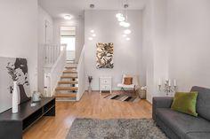 Olohuone on kodin keskipiste. Ilmavuutta ja tilan tuntua lisää upea korkea katto. Divider, Room, Furniture, Home Decor, Bedroom, Rooms, Interior Design, Home Interior Design, Arredamento