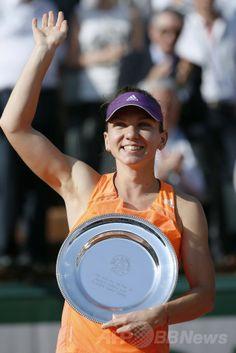 全仏オープンテニス(French Open 2014)、女子シングルス決勝。トロフィーを手にするシモナ・ハレプ(Simona Halep、2014年6月7日撮影)。(c)AFP/PATRICK KOVARIK ▼8Jun2014AFP|シャラポワが2年ぶり2度目の優勝、全仏オープン http://www.afpbb.com/articles/-/3017044 #Simona_Halep #French_Open #Internationaux_de_France_de_tennis #Torneo_de_Roland_Garros